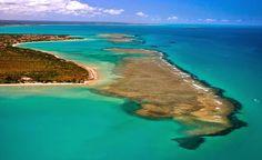 Praia do Espelho - Bahia - Brasil Localizada entre os povoados de Trancoso e Caraíva, a praia do Espelho é considerada uma das mais encantadoras do Sul da Bahia. Perfeita por natureza e bucólica por vocação, reúne águas azuis que formam piscinas naturais, gigantescas falésias brancas e avermelhadas, riozinhos e coqueirais.