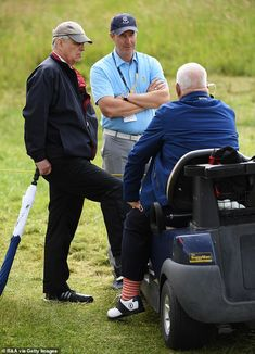 Prince Andrew, made sure to make to bring an umbrella, a rain coat and a hat as he attend the second day of the golf Open Championship in Royal Portrush, Northern Ireland. Duchess Of York, Duke Of York, Duke And Duchess, Princess Beatrice, Princess Eugenie, British Monarchy History, Order Of The Garter, Grand Cross, Prince Andrew