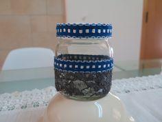Frasco decorado com renda negra e fita azul