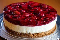 Har du forsøkt å dekke en klassisk ostekake med rød gele og masse jordbær og bringebær? Nydelig! Det fantastiske med denne kaken er dessuten at den helst skal lages med frosne bær, så dette er en kake som er like fin å lage hele året.