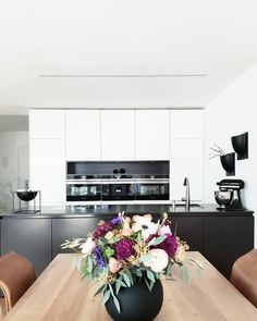 The Vase Ball with its look in Scandinavian minimalism sets modern accents .:separator:The Vase Ball with its look in Scandinavian minimalism sets modern accents . Black Kitchen Cabinets, Black Kitchens, Home Decor Kitchen, Kitchen Design, Kitchen Modern, Scandinavian Dining Table, Happy Home Designer, Vases Decor, Home Decor Trends