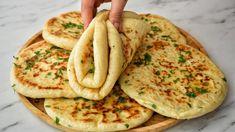 Tieto chlebové placky podľa receptu z youtube sú veľmi jednoduché na prípravu a ich chuť si zamilujete!Potrebujeme:šálka = objem 250 mlNa cesto:1 šálku teplého mlieka1 šálku teplej vody1 balenie instantného droždia1 PL cukru1,5 ČL soli3 … Ciabatta, Naan, Turkish Recipes, Ethnic Recipes, Salty Foods, Raspberry Smoothie, Challah, Bagels, Puddings