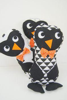 Doudou pingouin noir et blanc triangle avec son nœud à pois orange , à câliner où à décorer une chambre d'enfant : Jeux, peluches, doudous par 1-2-3-picoti