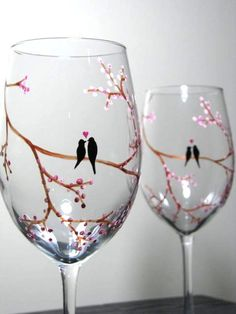 Hand Painted Wine Glasses Hand Painted Wine Glasses, Diy Wine Glasses, Painting On Wine Glasses, Wedding Wine Glasses, Wine Glass Crafts, Wine Bottle Crafts, Faux Vitrail, Bottle Art, Glass Bottles