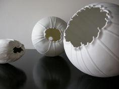 Rebecca Maeder - pretty 'pods,' reminiscent of poppy seed pods, crackly and crisp! Ceramic Clay, Porcelain Ceramics, Ceramic Bowls, Ceramic Pottery, White Ceramics, Ceramic Techniques, Pottery Techniques, Organic Ceramics, Organic Sculpture