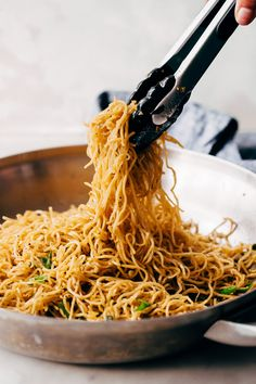 Learn how to make the best quick garlic noodles. This recipe for garlic noodles is easy to make and is ready in less than 15 minutes! Quick garlic noodles flavored with garlic butter, fish sauce, and parmesan cheese. So good you can't stop eating them! Pot Pasta, Pasta Dishes, Pasta Noodles, Parmesan Noodles, Kimchi Noodles, Pan Fried Noodles, Cheese Noodles, Soba Noodles, Cheese Soup