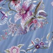 Mantón bordado a mano en seda celeste con flores | Modelo Lilium