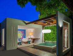 Casa Cor Alagoas - 2014: SPA por Carla Porto. Aparador em madeira certificada, trabalhada pelo designer Roberto Petrosino. Tela assinada por Eva Le Champion.