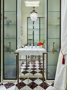 Фрагмент ванной комнаты. Шкафы сделаны по эскизам декоратора. Сантехника…
