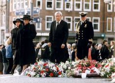 Tijdens de Dodenherdeking op 4 mei 1996 leggen koningin Beatrix, prins Claus en prins Willem-Alexander een krans bij het Nationale monument op de Dam in Amsterdam. Achter de koningin, mevrouw Rita Kok, echtgenote van de premier Wim Kok.