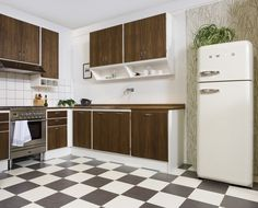Mixing goodies from the past with comfort of today Kitchen Tile, Kitchen Cupboards, Kitchen Dining, Dining Area, Home Interior, Interior Design, Kitchen Stories, Simple Furniture, Look Vintage
