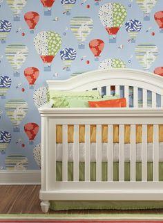 Estampas sempre são boas opções para deixar o quarto das crianças leve e divertido. O papel de parede com balões tem cores suaves de fundo, contrastando bem com os desenhos coloridos e harmonizando com móveis em tons claros.