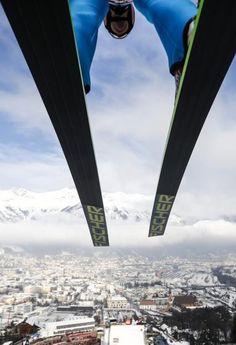 Und Abflug! Stefan Kraft auf der Berg-Isel-Schanze. In Innsbruck steigt am Sonntag das erste Springen auf heimischen Boden im Rahmen der Vierschanzentournee. Mehr Bilder des Tages auf: http://www.nachrichten.at/nachrichten/bilder_des_tages/ (Bild: Reuters)