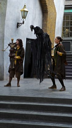 A Magical Look Inside Diagon Alley at Universal Studios, Orlando: http://www.davonnajuroe.com/magical-look-inside-diagon-alley-universal-studios-orlando/ #HarryPotter #DiagonAlley #UniversalStudios #Orlando #Puppeteer #TalesOfBeetletheBard