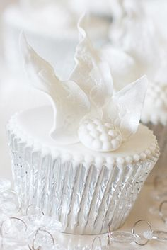 Some icy sparkle and a winter feel give these cupcakes a contemporary yet sophisticated look. Stacked in a tower they will make a stunning centrepiece.