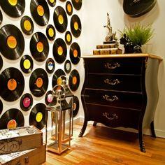 Parede decorada com discos de vinil