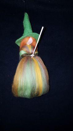 Hexe auf ihrem Besen aus Märchenwolle Fee Waldorf/Jahreszeitentisch