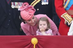 Kate Middleton Photos Photos - Catherine, Duchess of Cambridge and Princess Charlotte of Cambridge look out from the balcony of Buckingham Palace during the Trooping the Colour parade on June 2017 in London, England. - Trooping the Colour 2017 Princesa Charlotte, Princesa Diana, Princess Kate, Prince And Princess, Prince William And Catherine, Prince William And Kate, Kate Middleton, Trooping The Colour, Pictures Of Princesses