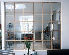 Vindue i væggenUdnyt dagslyset i alle rum ved at sætte et vindue op mellem to stuer eller mellem køkken og stue. Find et vindue du kan lide og slå et hul i væggen, der passer til størrelsen p...