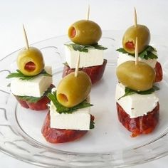 Skewers, a simple and colorful appetizer Chorizo, mozzarella Skewer Appetizers, Appetisers, Appetizers For Party, Appetizer Recipes, Eating Organic, Food Platters, Easy Snacks, Finger Foods, Love Food