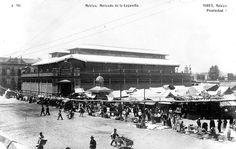 El antiguo Mercado de la Lagunilla en una postal cercana a 1910. Este inmueble, construido en 1905, estuvo en el sitio que hoy ocupa el Deportivo Guelatao; al fondo del lado derecho se alcanza a ver la iglesia de La Concepción, en la calle de Belisario Domínguez. La toma es desde la esquina de Comonfort y Juan Álvarez.
