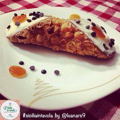 Uno dei dolci italiani più buoni e famosi al mondo è indubbiamente il #cannolo siciliano #italiaintavola #siciliaintavola #italianfood #italy #italia #sicilia #sicily