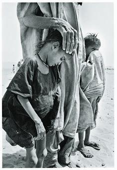 Sebastião Salgado, Africa - apesar da seca, da fome, há uma mãe (ou pai), um adulto para manter estas crianças perto.