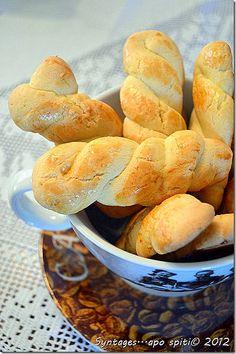 Κουλουρά- Soft orange and cinnamon cookies, the ultimate coffee dipping cookie, fabulous! Greek Sweets, Greek Desserts, Greek Recipes, Desert Recipes, My Recipes, Snack Recipes, Favorite Recipes, Brownie Recipes, Cookie Recipes
