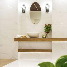 Kamień + Drewno – cudowne połączenie do wykorzystania w Twojej łazience! <3  Biały marmur – luksusowy, szykowny ale nieco surowy kamień połączyliśmy z elementami jasnego drewna, po to by przestrzeń nabrała domowego klimatu. Jest przytulnie i elegancko. Całość może dopełnić także oryginalna, marmurowa umywalka. Alternatywą do takiej aranżacji jest łazienka wykończona marmurem i boazerią. Jak podoba Ci się nasz pomysł? :)