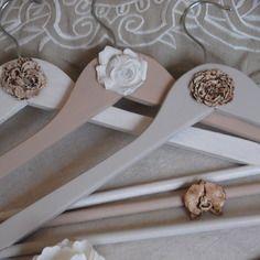 Lot de 3 cintres en bois patinés shabby chic, modèle fleurs romantiques en argile patinés et vernis
