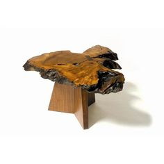 Nakashima - Furniture Maya Table 1 Designed for free-form triangles. Mira named this table after her granddaughter Maya. Tree Trunk Coffee Table, Tree Table, Table Lamp Wood, Bedside Table Lamps, Dinning Table, Coffee Tables, Art Deco Furniture, Furniture Projects, Furniture Plans