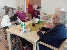Mukavaa yhdessäoloa ja jutustelua ruokailun jälkeen