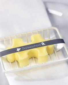 Gastgeschenk Seife - Die Seife können Sie formen, indem Sie die erwärmte Seifenmasse (gibt es sogar für die Mikrowelle) in einen Puzzle-Ausstecher gießen.