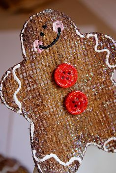 Sweet Something Designs: Burlap Gingerbread Man (no tutorial, but easy to replicate for ornament or tag) Gingerbread Crafts, Christmas Gingerbread, Noel Christmas, Primitive Christmas, Rustic Christmas, Winter Christmas, All Things Christmas, Gingerbread Houses, Burlap Ornaments