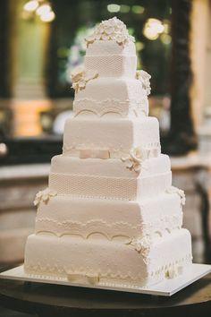 Decoração da Confeitaria Colombo.   O casamento de Duda e Rodrigo foi publicado   no Euamocasamento.com, e as fotos são de   Renata Xavier. #euamocasamento   #NoivasRio #Casabemcomvocê
