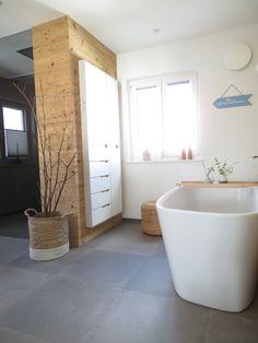 Badezimmer - Altholzwand - freistehende Badewanne - Fliesen Betonoptik