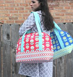 Sew Sweetness: Aeroplane Bags - She even used it to carry her sewing machine! Bag Patterns To Sew, Pdf Sewing Patterns, Sewing Tutorials, Sewing Projects, Duffle Bag Patterns, Bag Tutorials, Sac Week End, Quilted Bag, Patchwork Bags