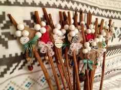 Cinnamon deco .... Mos Nicolae '15 Deco, Christmas Crafts, Hair Accessories, Cinnamon, Architecture, Xmas, Canela, Arquitetura, Decor