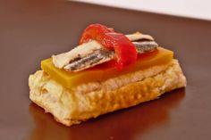 Cama de hojaldre, gelatina de mermelada mango málaga (mmm…), dos boquerones marinados y broche de pimientos asados. Restaurante La Esquinita. Torre del Mar, Málaga