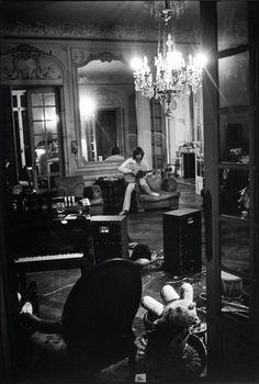 Mick Jagger dans le grand salon de la Villa Nellcôte de Villefranche-sur-mer - Été 1971 - (photo by D.Tarlé)