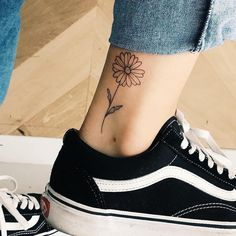 2019 Female Tattoos: 220 Trends For You To Decide On Your - Ankle Tattoo Designs Small Daisy Tattoo, Daisy Flower Tattoos, Daisies Tattoo, Ankle Tattoos For Women, Tattoos For Women Flowers, Simple Ankle Tattoos, Thigh Tattoo Designs, Tattoo Designs For Women, Daisy Tattoo Designs