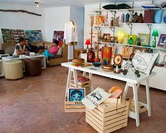 En estos últimos tiempos han surgido en La Habana espacios dedicados a la comercialización de propuestas de diseño cubano, dirigidos a un cliente contemporáneo local o extranjero, ávido de objetos de buena factura, que concede gran importancia al origen de los productos y se interesa en la historia que subyace tras la pieza y su creador.  Su argumento de venta, es con frecuencia su carácter artesanal, unicidad del producto y el diseño de autor. Tal es el caso de la tienda de diseño cubano…