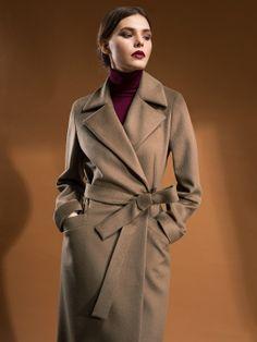Стильное удлиненное пальто прилегающего силуэта, выполненное из эффектной ворсовой ткани орехового оттенка. Изделие имеет английский воротник, застежку на пришивные кнопки и пояс из своей ткани. Рукав длинный. Модель выполнена с мембраной Raft Pro. Уютное и стильное пальто подарит Вам незабываемые эмоции этой осенью., арт. 1017300p10082, состав: Основная ткань: шерсть 100 %; Подкладка: полиэстер 55 %, вискоза 45 %;