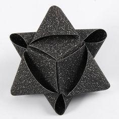 Ein würfelförmiger Stern aus Glitzerpapierstreifen von Vivi Gade