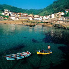 Tazones    La carretera que bordea la ría de Villaviciosa llega a este núcleo marinero, famoso por sus restaurantes y sidrerías.