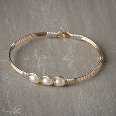 The sterling silver bracelets have actually been preferred among females. These bracelets are offered in various shapes, sizes and styles. Wire Jewelry, Gold Jewelry, Handmade Jewelry, Unique Jewelry, Craft Jewelry, Jewellery, Wire Wrapped Bracelet, Pearl Bracelet, Ankle Bracelets
