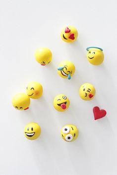 Für alle, die genauso große Emoticon-Fans sind wie ich ;) Die Emojis aus Fimo. Sind ganz easy gemacht…Einfach Kügelchen aus gelbem Fimo sowie je nach Emoticon-Vorliebe die jeweiligen Accessoires dazu formen.Nehmt am besten ein Schneidebrettchen als Unterlage und zumgenauen Formen … weiterlesen