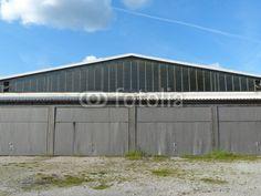Hangar mit Wellblechtoren am Luftsportzentrum Oerlinghausen im Teutoburger Wald bei Bielefeld in Ostwestfalen-Lippe