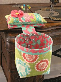 Sewing Hacks, Sewing Tutorials, Sewing Crafts, Sewing Tips, Sewing Ideas, Bag Tutorials, Thread Catcher Pattern, Costura Fashion, Sewing Room Organization