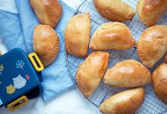 Pirogger - recipe for delicious homemade pasties with stuffing - Brød - Greek Post Workout Snacks, Greek Recipes, Kids Meals, Baking Recipes, Tapas, Dinner Recipes, Brunch, Food And Drink, Homemade